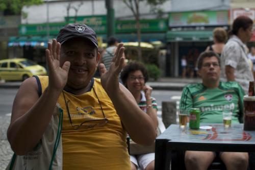 Ein Fan von Botafogo klatscht heute fuer den Stadtrivalen